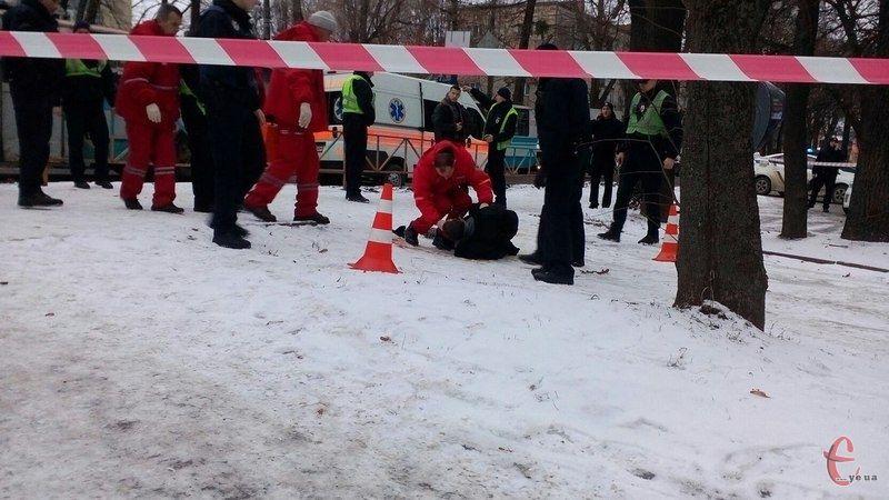 У Хмельницькому сьогодні вранці патрульні поліцейські застрелили чоловіка, який колов перехожих невідомим предметом / ye.ua