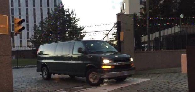 Фургоны выезжают из посольства РФ в США / Скриншот