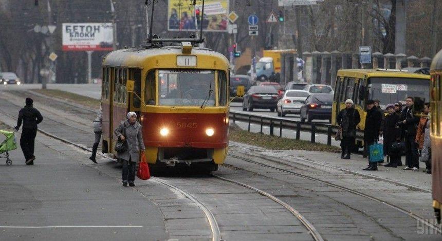 В Киеве трамвай сошел с рельсов (видео)