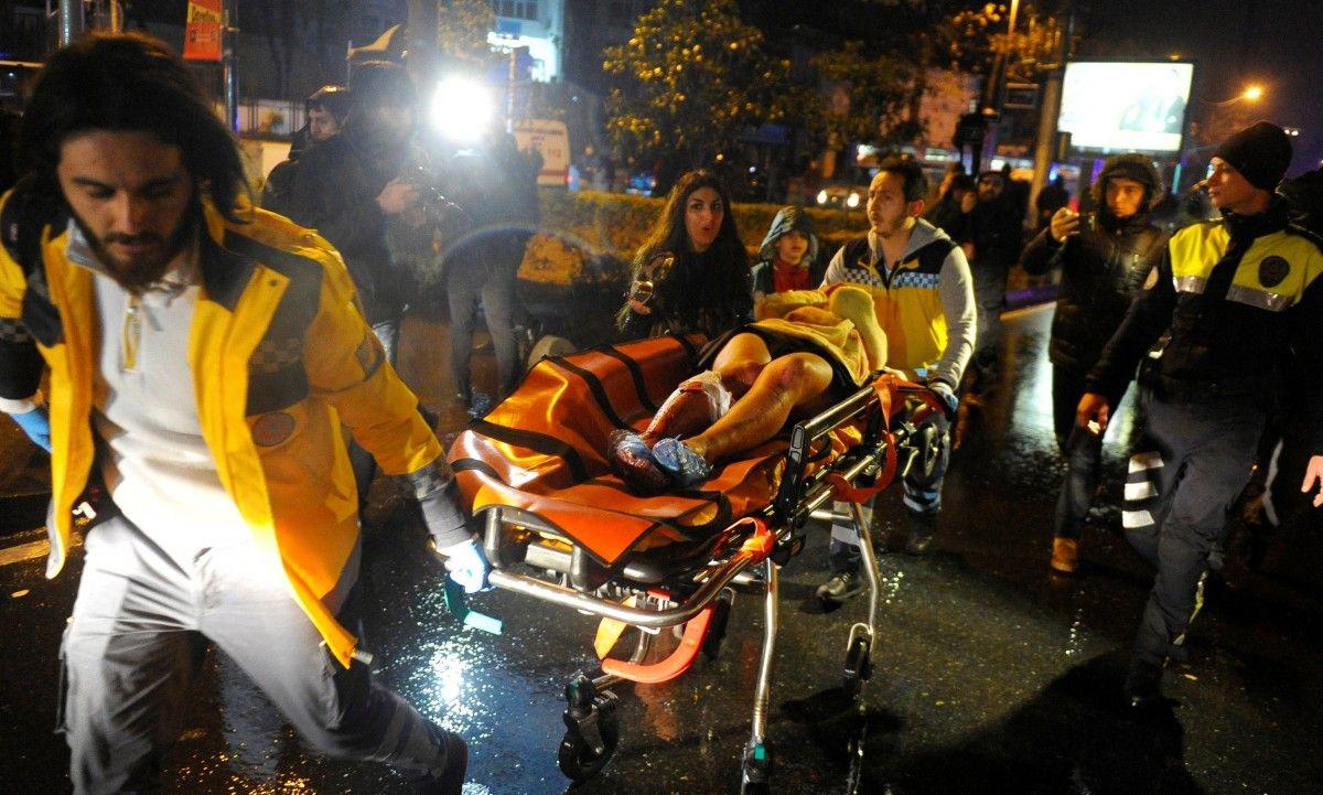 Медики увозят раненых с места происшествия, иллюстрация / REUTERS