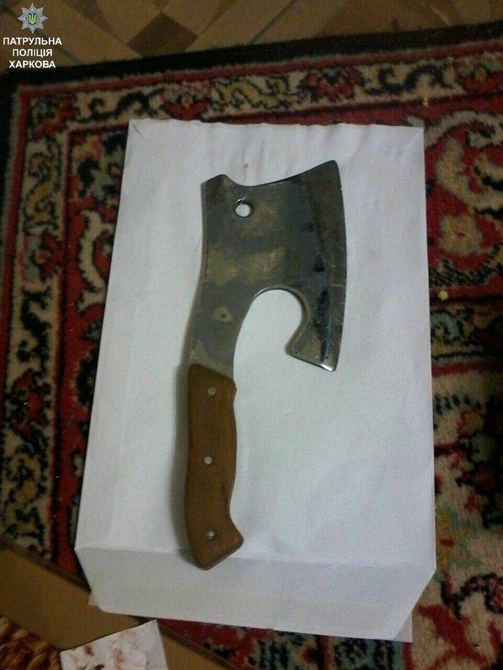 Мужчина вооружился кухонным топором / facebook.com/kharkivpolice