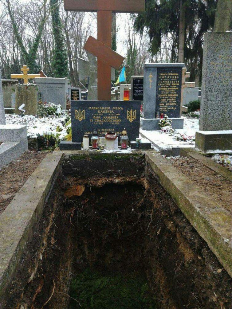 Останки Олеся та його дружини дружини були переміщені до депозитарію кладовища / zn.ua Ігор Булига