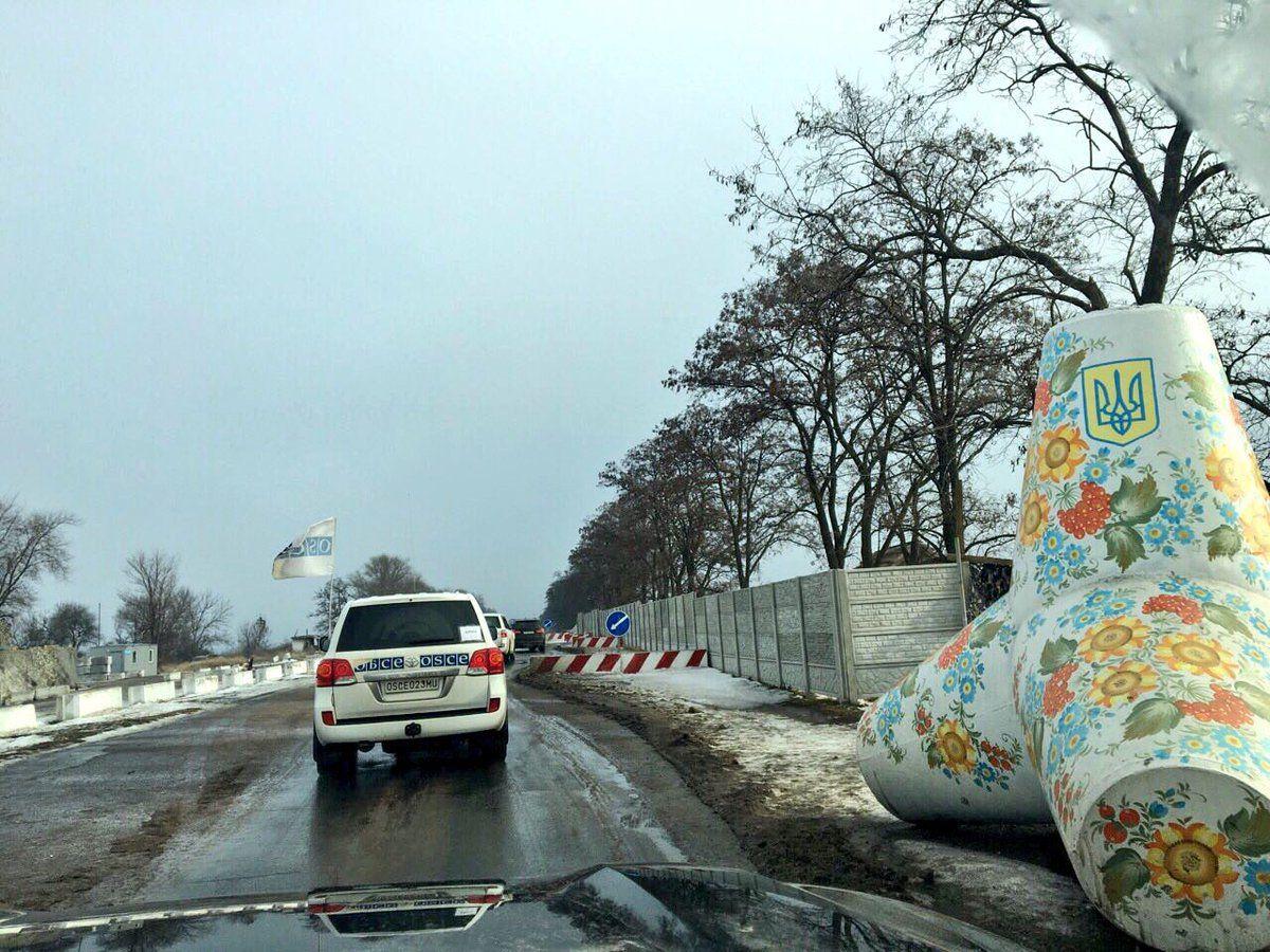 Министры въезжают в один из населенных пунктов Области в сопровождении миссии ОБСЕ / twitter.com/mfa_ukraine