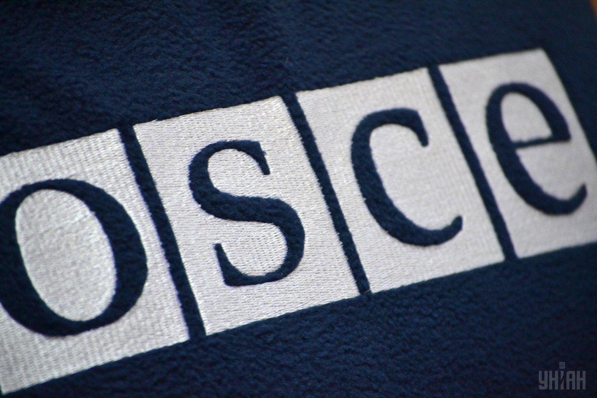 Представитель ОБСЕ не смог объяснить присутствие неизвестных людей на переговорах / Фото УНИАН
