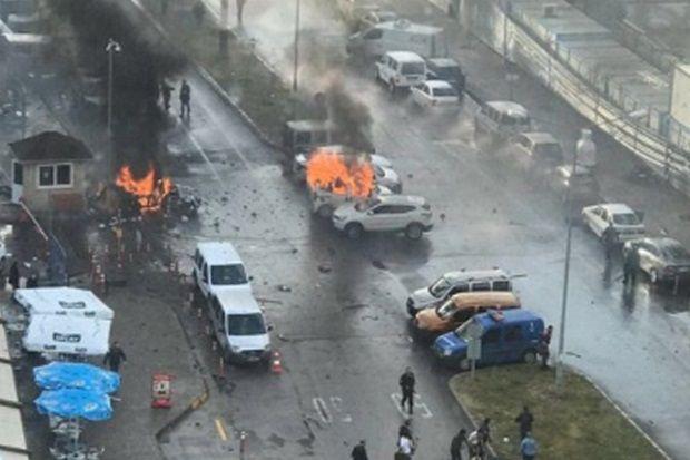 Возле здания суда в Измире горели два авто / Фото из соцсетей