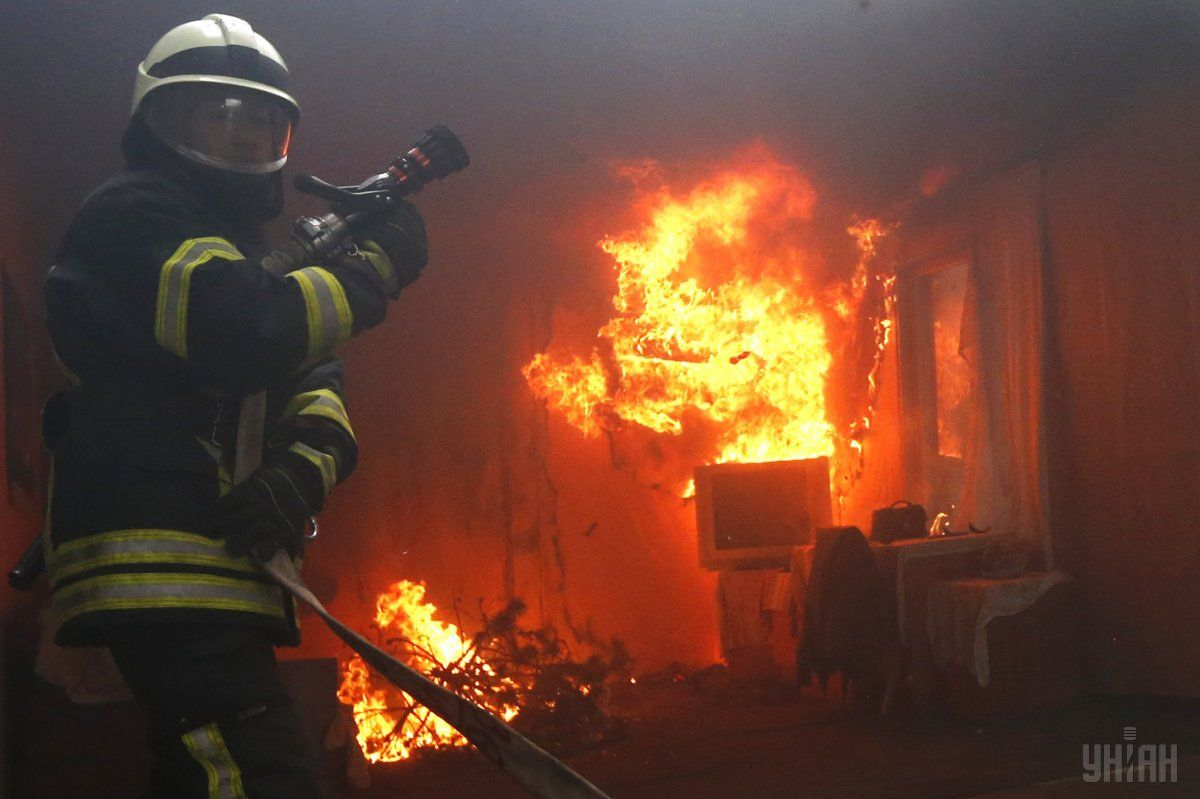 Спасатели быстро потушили огонь, но крыша выгорела дотла \ УНИАН