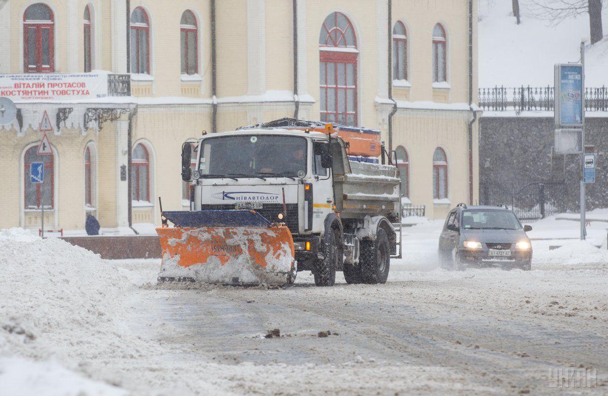 Снігоприбиральна техніка на вулицях Києва / фото УНІАН