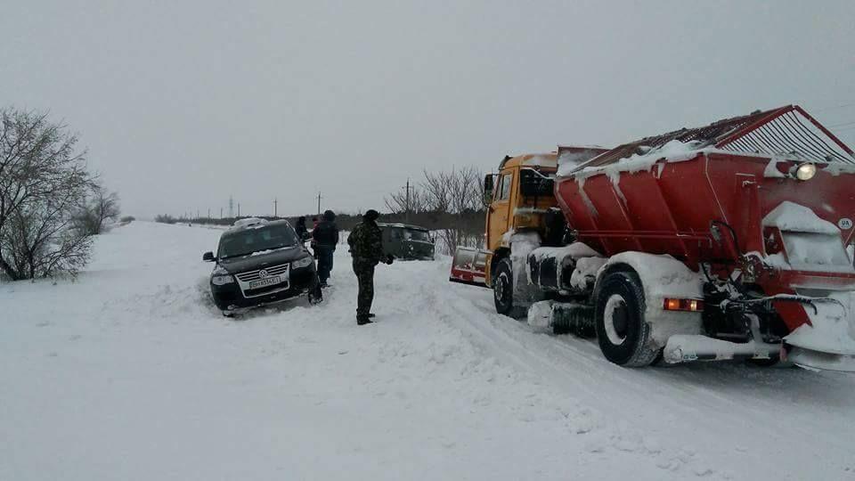 Дві людини під час порятунку людей, які опинилися в автомобілях у снігових заметах, отримали травми / facebook.com/yuriy.dimchoglo