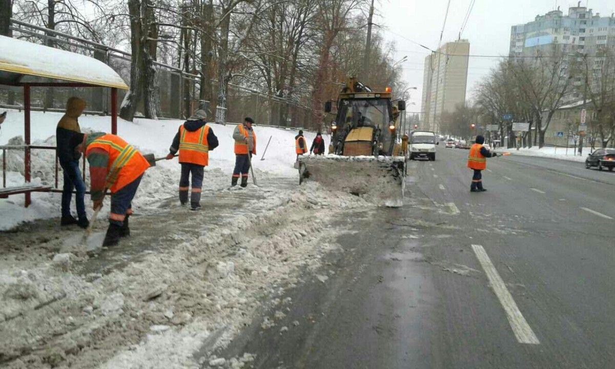 Коммунальщики продолжают убирать улицы столицы от снега / Фото kievcity.gov.ua