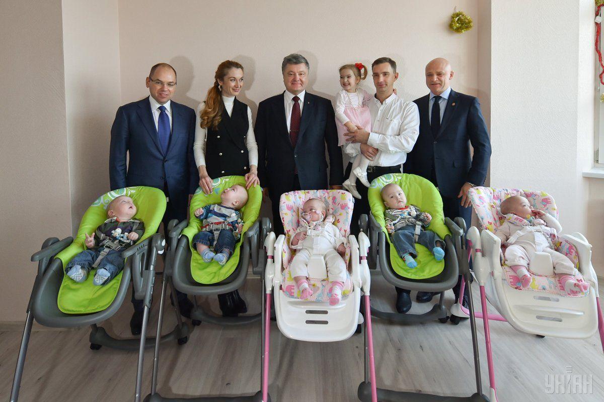 Президент Украины Петр Порошенко во время рабочей поездки в Одесскую область посетил многодетную семью / Фото: УНИАН