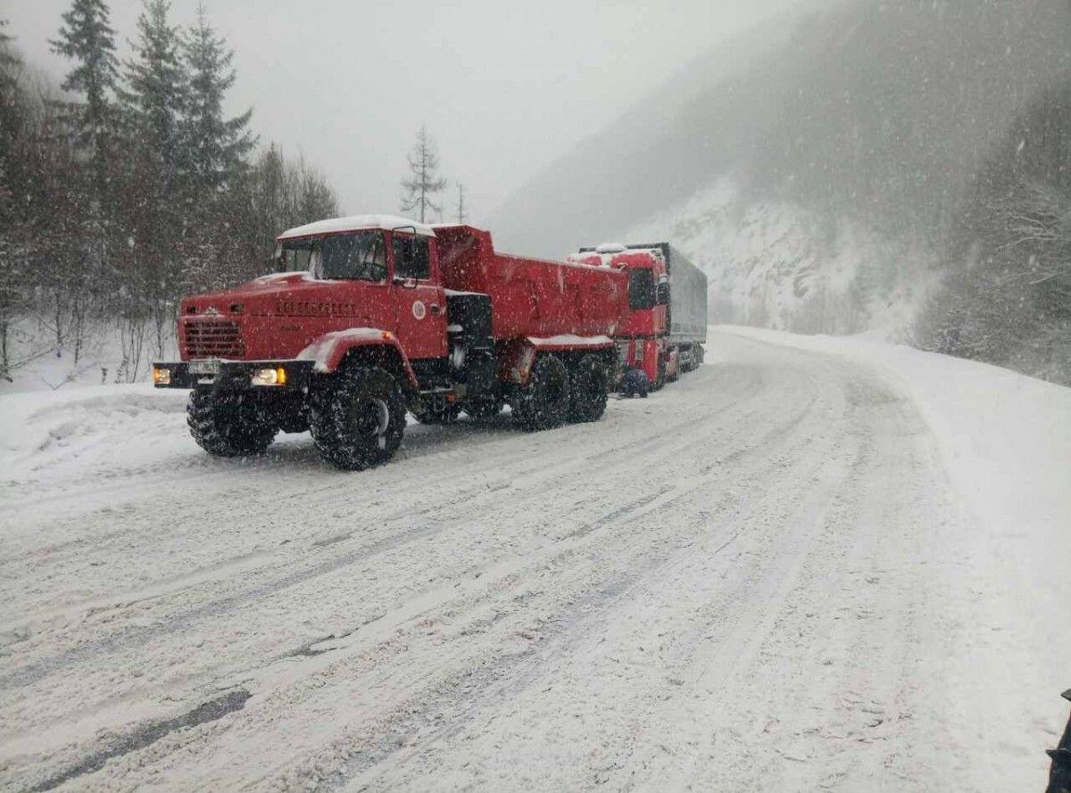 Из-за непогоды ограничили движение грузовиков / Фото dsns.gov.ua
