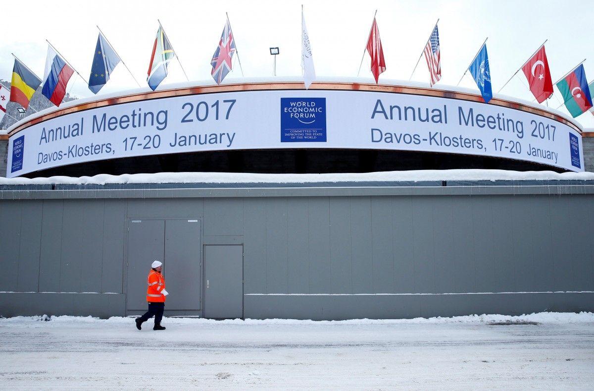 Охранник прогуливается за пределами конгресс-центра ежегодного Всемирного экономического форума в Давосе. 2017 год / / REUTERS