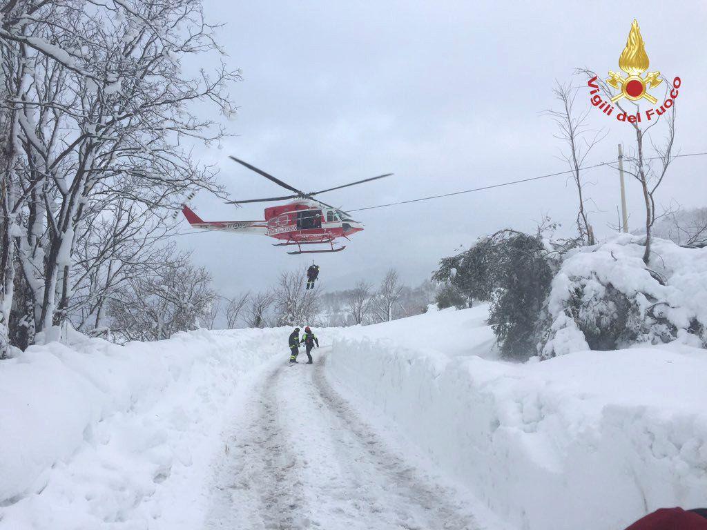 Рятувальники продовжують роботу / Vigili del Fuoco/Handout via REUTERS