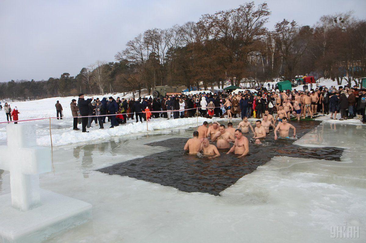 19 января в праздник Крещения Господнего православные купаются в проруби / фото УНИАН