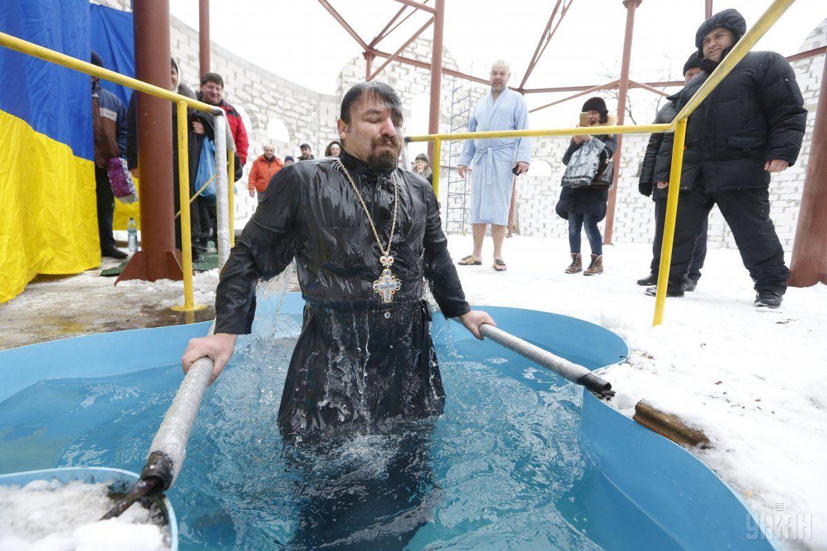 В ПЦУ зазначили, що купання на Водохреще не є давньою традицією \ фото УНІАН