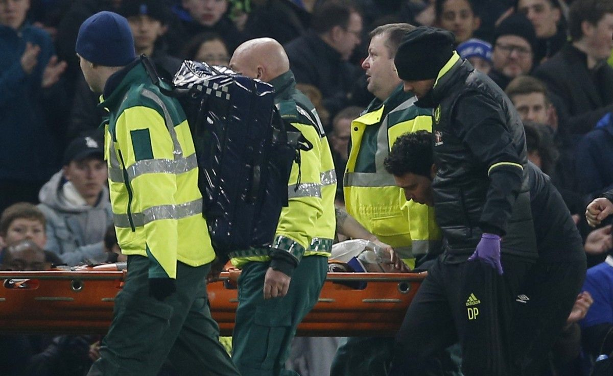 На Мэйсона надели кислородную маску, после чего унесли с поля на носилках / Reuters