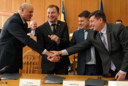 Барна наголосив, що угода покликана розпочати нові взаємостосунки щодо форм соціально-економічної політики в області / Фото прес-служба ОДА