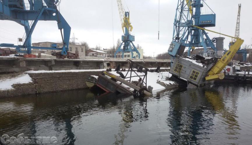 В порту в Каменском тонет баржа / sobitie.com.ua