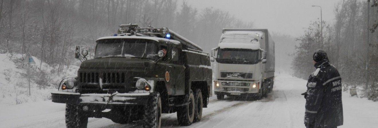 Негода на Львівщині: снігопад заблокував майже 60 автомобілів (відео)
