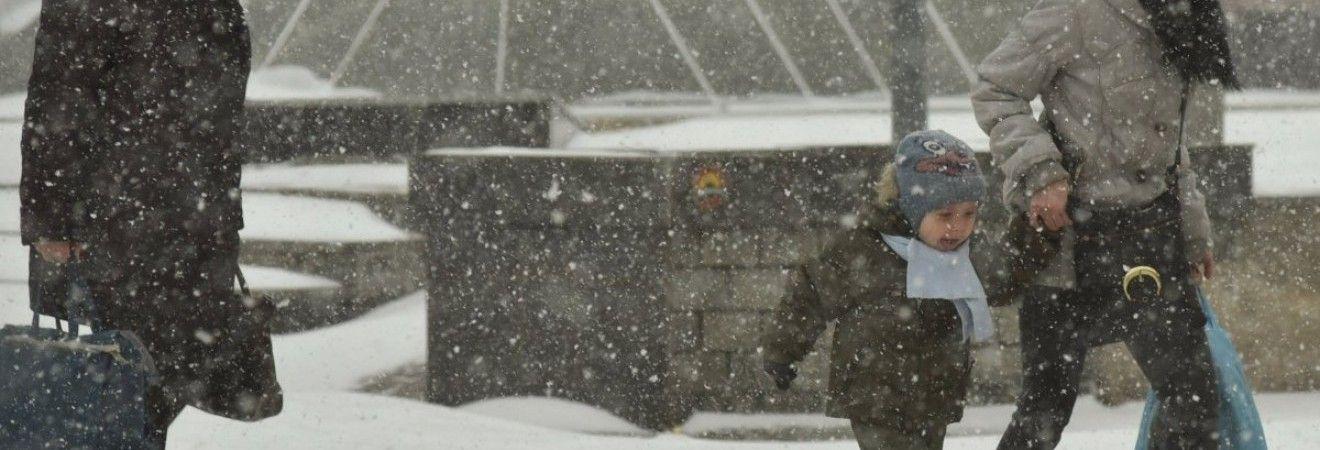 Сьогодні в Україні очікується прохолодна погода, пройдуть дощі і сніг (карта)