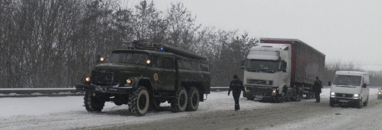 На ділянці дороги Київ-Одеса через снігопад обмежили рух вантажівок