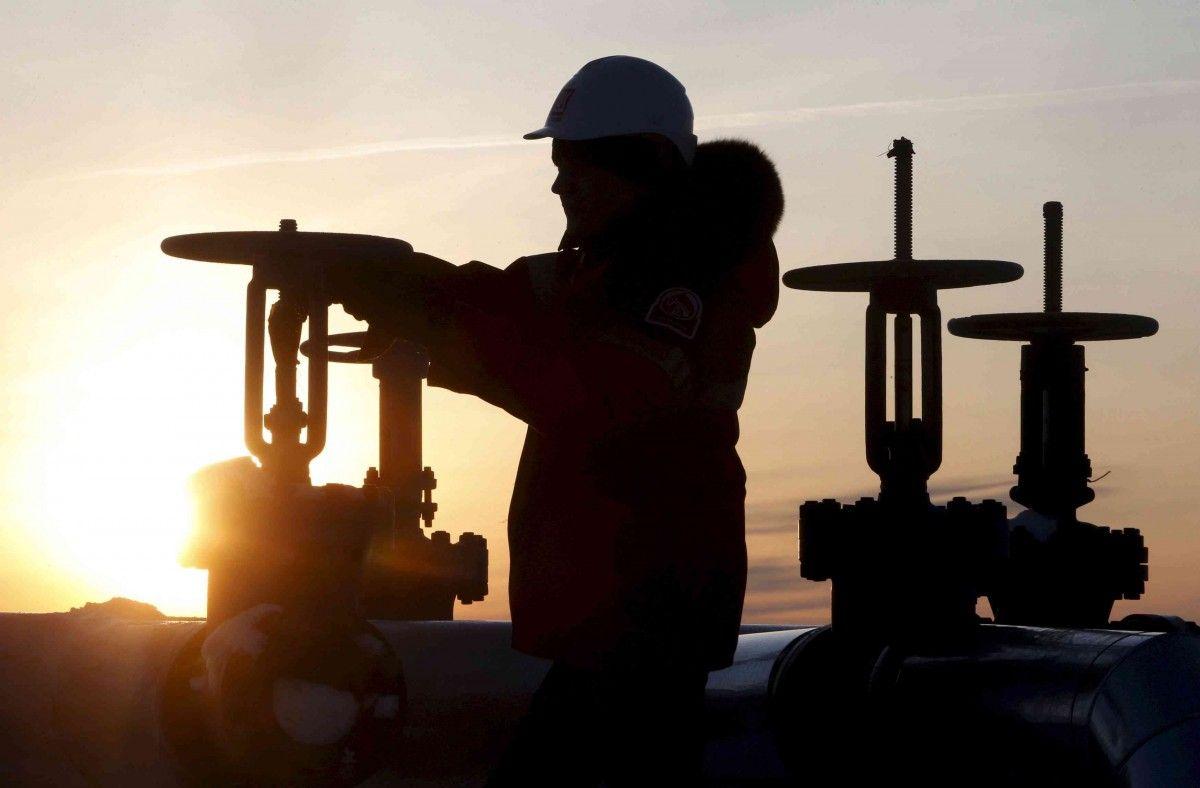 На фоне падения мировых индексов начала дешеветь и нефть/ иллюстрация / REUTERS