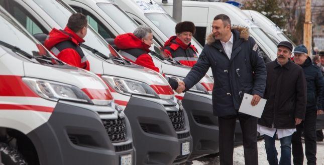 Мэр Кличко во время вручения автомобилей / kievcity.gov.ua