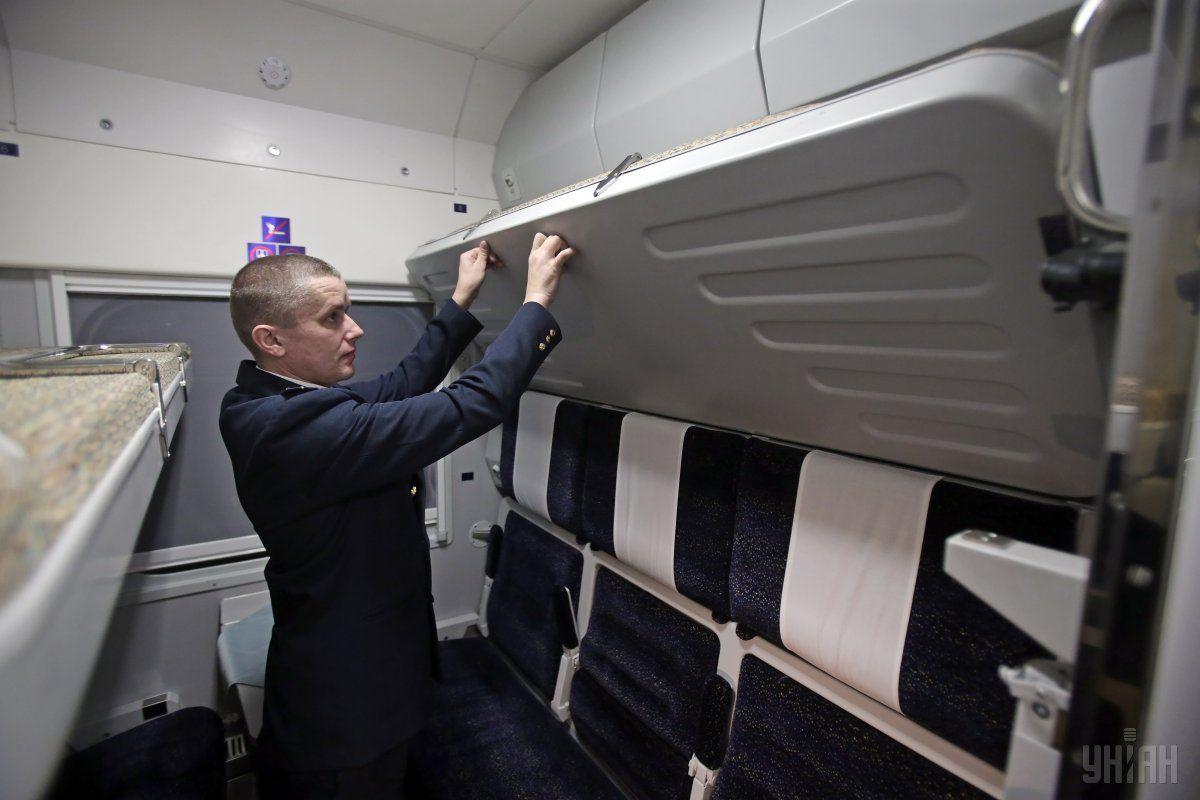 На женщину в поезде упала верхняя полка вместе с пассажиром / Фото УНИАН
