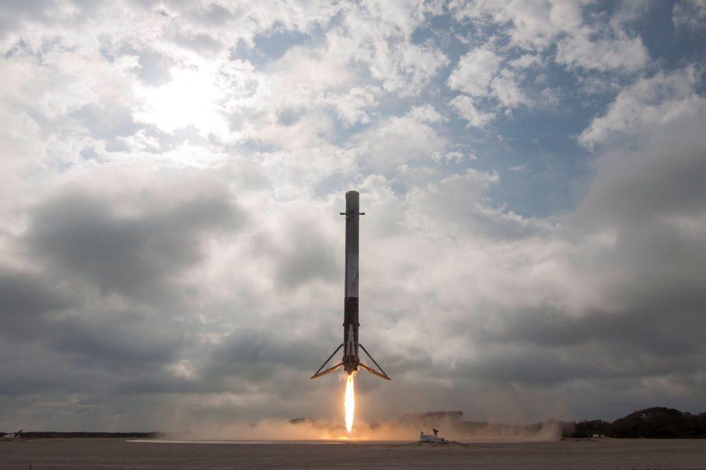 SpaceХ трижды переносила запуск ракеты со спутником / фото twitter.com/SpaceX