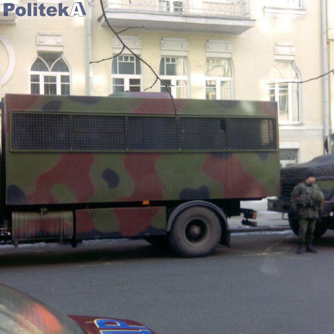 На территории Администрации президента стоят автобусы, на которых привезли силовиков / politeka.net