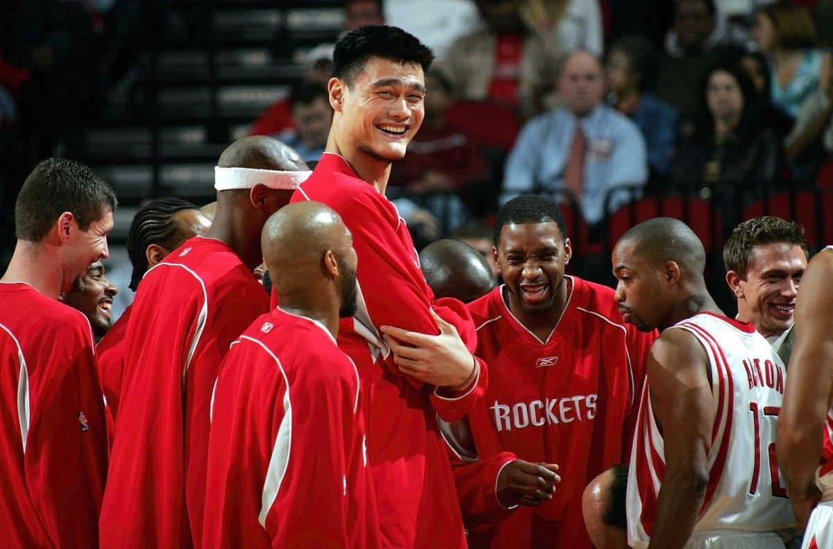 На момент выступлений в НБА Яо Мин являлся самым высоким игроком в чемпионате, его рост составлял 2,29 метра / nba.com