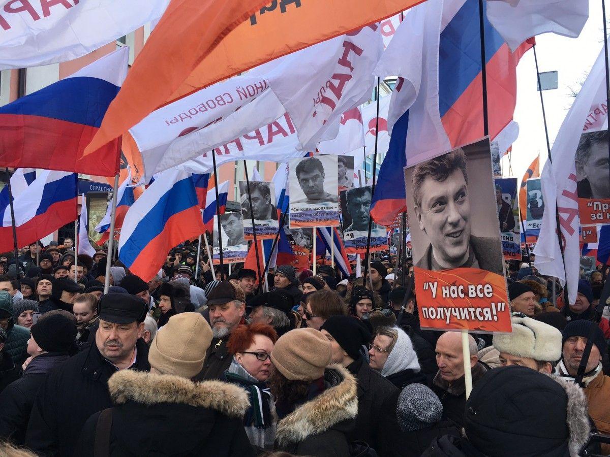 Учасники акції тримають у руках плакати з портретами Нємцова й цитатами з його висловлюваннями / УНІАН
