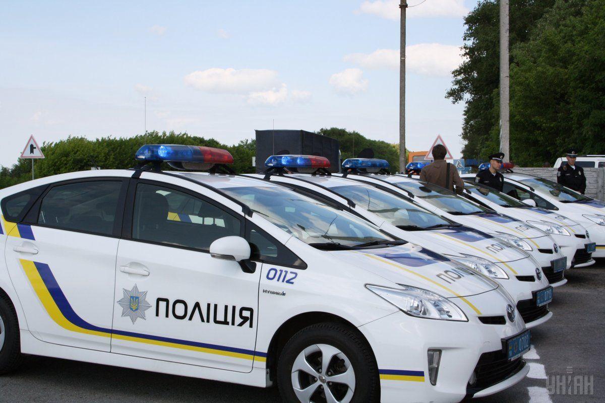 Припаркований патрульний Toyota Prius зазнав пошкоджень / Фото УНІАН