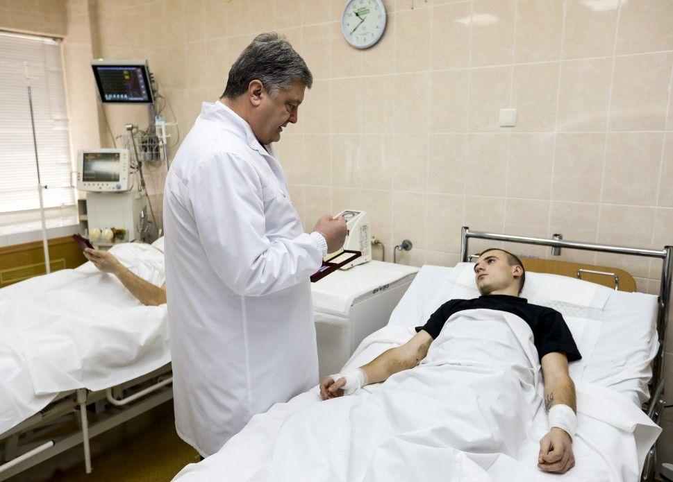 Порошенко наградил раненых районе Авдеевки бойцов / president.gov.ua