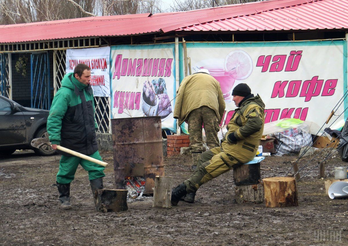 Blockade activists at a ragtag checkpoint on Donetsk-Mariupol highway / Photo from UNIAN