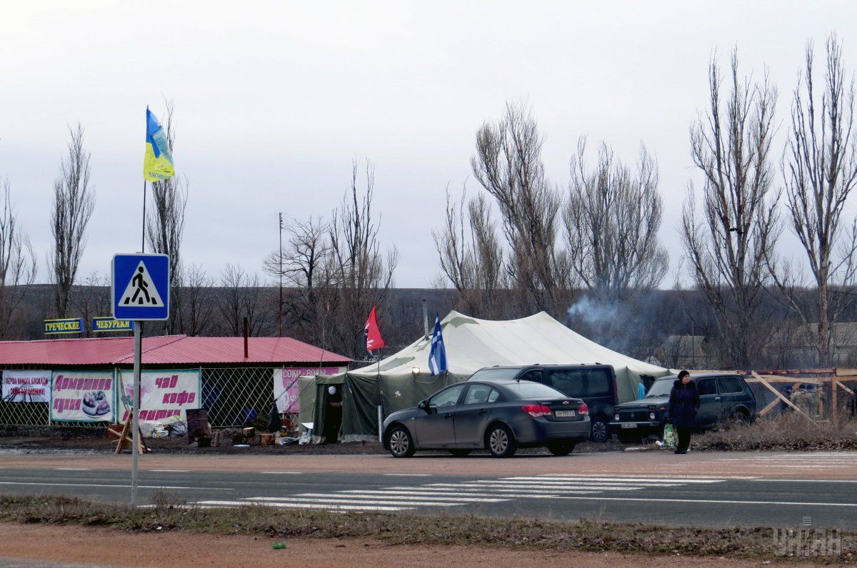 Roadblock of blockade participants on Donetsk-Mariupol highway / Photo from UNIAN