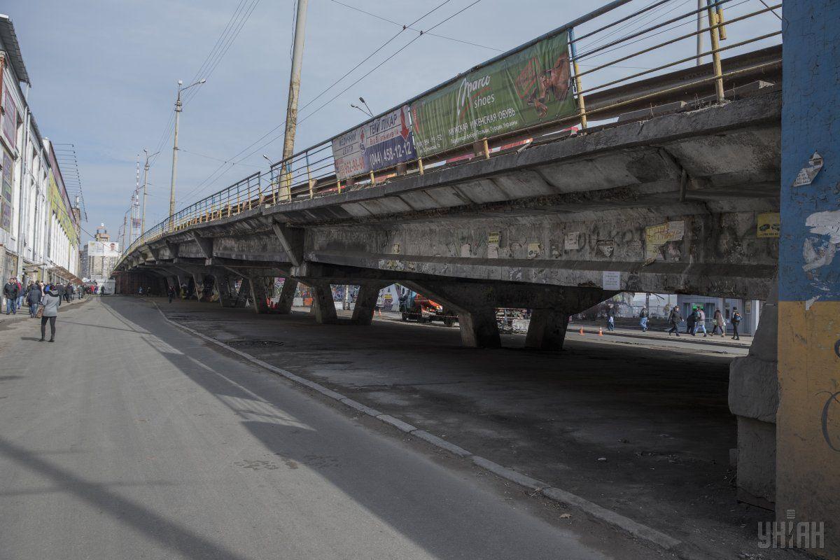 Під Шулявським мостом застрягла вантажівка \ УНІАН
