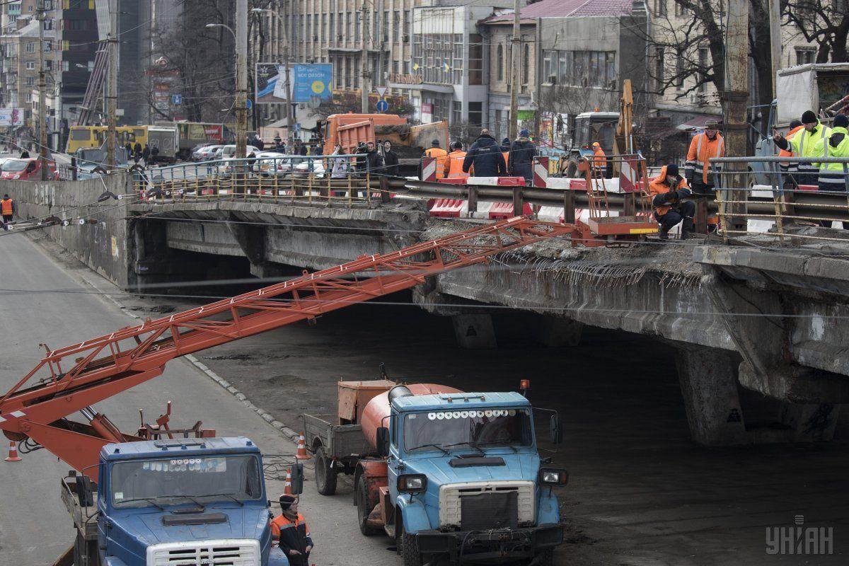 Міст на Шулявці обвалився наприкінці лютого 2017 року / Фото УНІАН