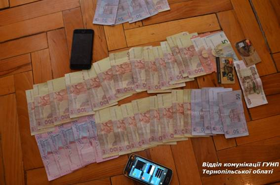 Під час санкціонованих обшуків у квартирі вилучили близько 3,5 тис грн, мобільні телефони та сім-картки / tp.npu.gov.ua