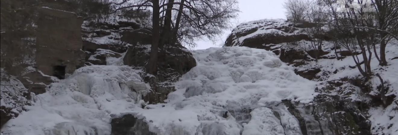 На Тернопольщине замерз самый большой равнинный водопад Украины (фото, видео)