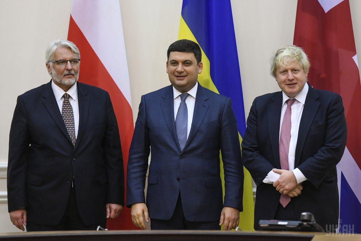 В 2017 году Джонсон вместе с польским коллегой Витольдом Ващиковским посетил Украину / фото УНИАН