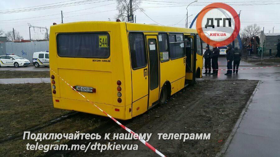 Скрываясь от полицейских, мужчина протаранил припаркованную машину / facebook.com/dtp.kiev.ua