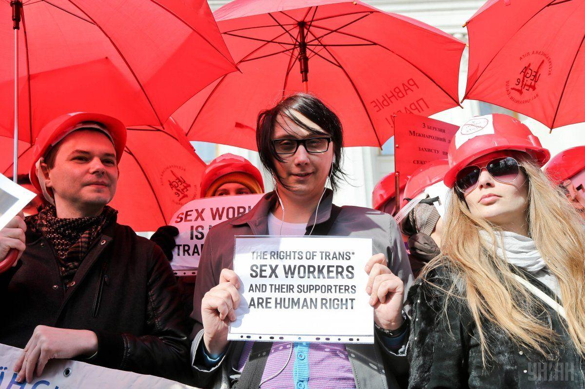 Один из учасников акции, которого зовут Игорь, уговорил еще одну участницу марша снять ее маску / Фото УНИАН