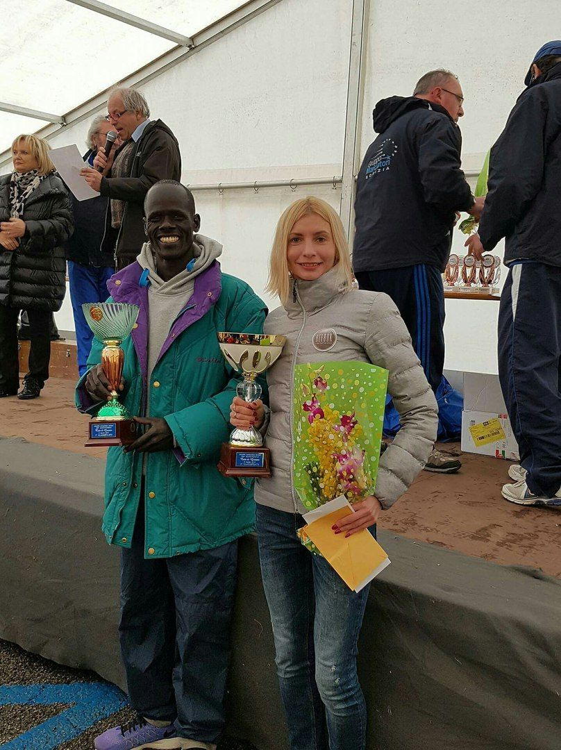 Котовська та Канда Джоната Косгей з Кенії отримали призи переможців / vk.com/rivnerun.club