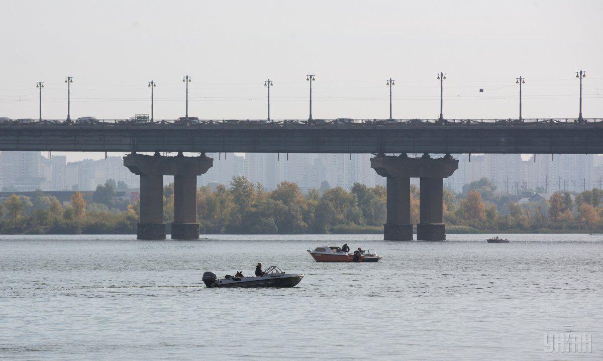 Спасатели вторые сутки не могут найти тело івчини, которая стрибула с моста Патона / фото УНИАН