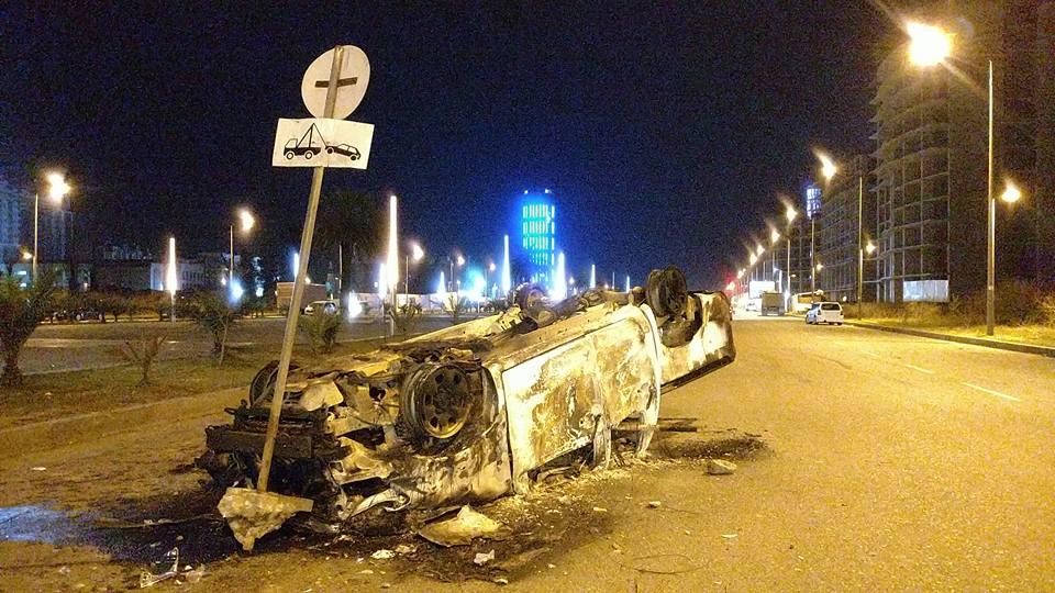 Утром коммунальщик начали убирать влиці от уничтоженных авто и мусора / facebook.com/tatotsetskhladze