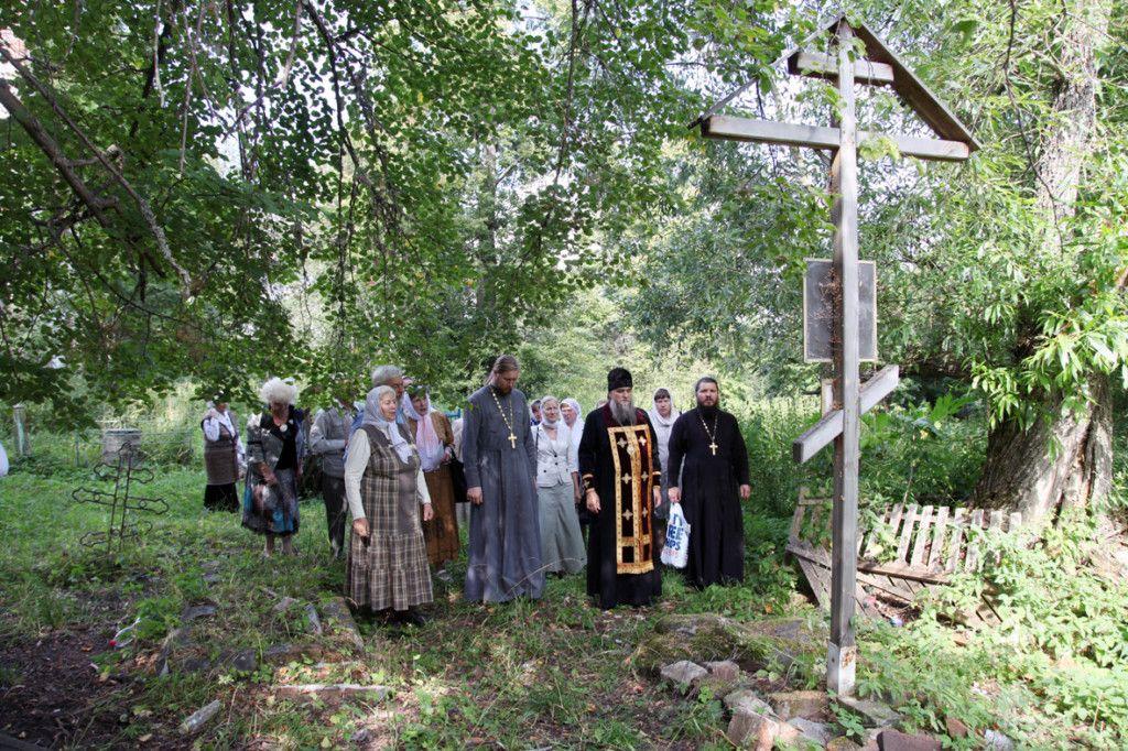 Лития на могиле родителей преподобного Серафима / severeparh.ru
