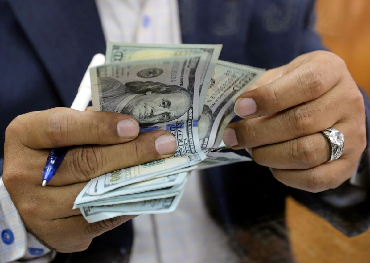 Hryvnia almost unchanged against U.S. dollar on February 22 / REUTERS
