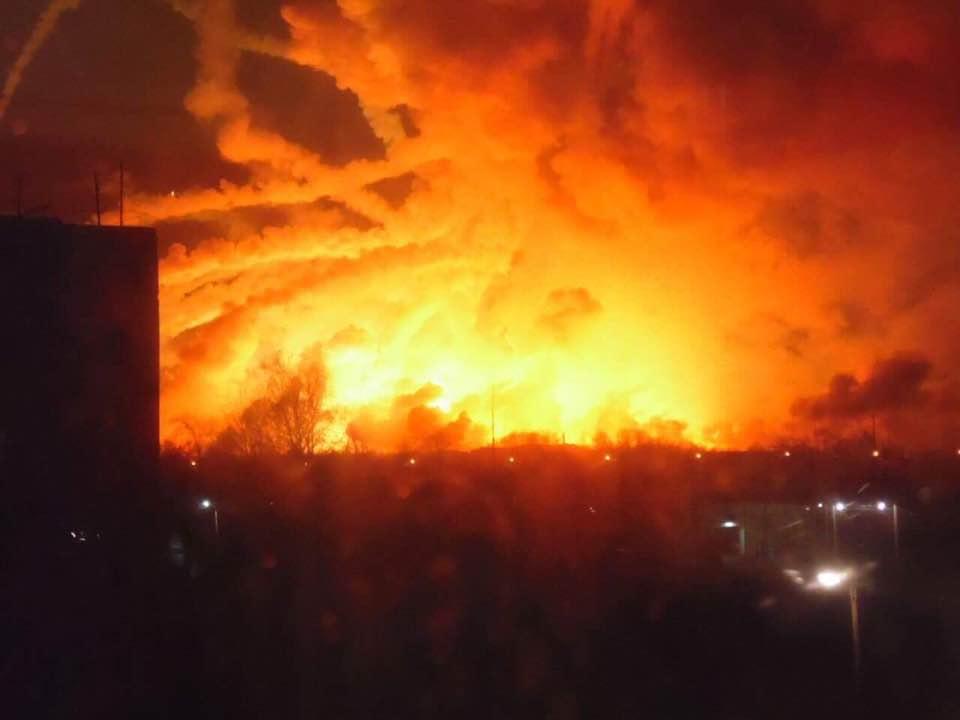 В Украине уже обсуждают несколько версий причин пожара на складе / Фото ДСНС