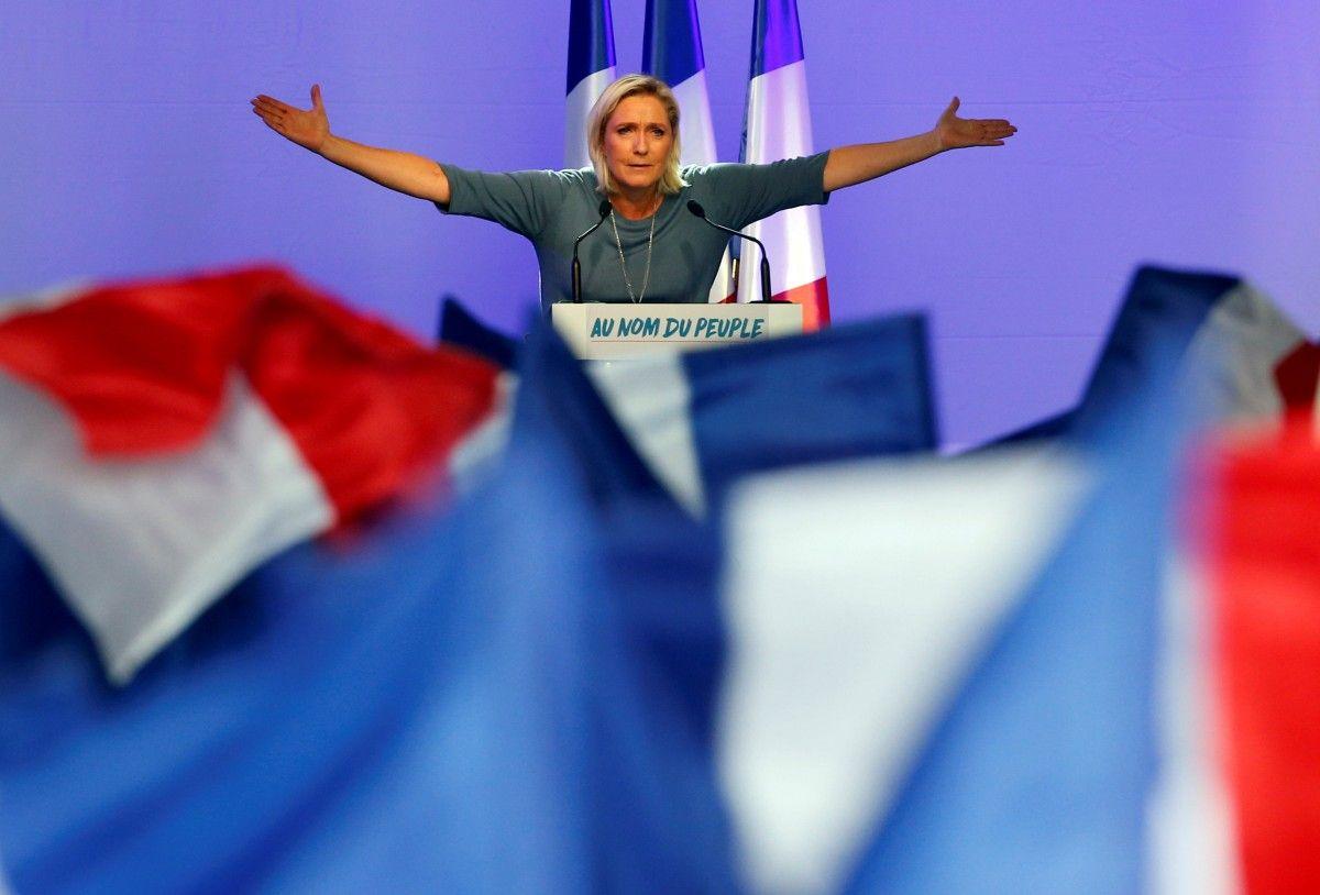 """В Парижі """"подругу Путіна"""" Ле Пен намагалися вдарити букетом під час виступу"""